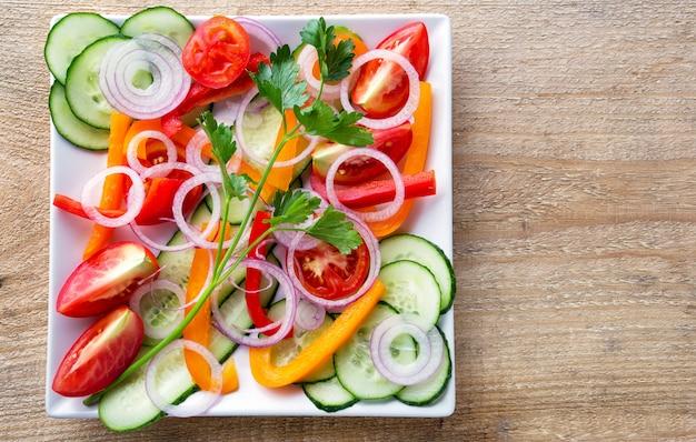 Insalata di verdure fresche su un piatto bianco