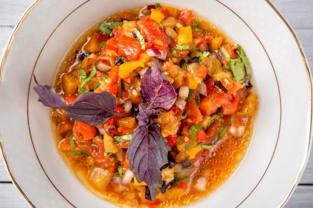 Insalata di verdure grigliate. melanzane, pomodori, pepe, cipolla, erbe aromatiche