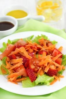 Insalata di verdure nel piatto e bicchiere d'acqua