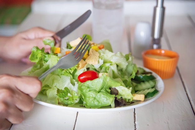 Insalata di verdure pronta da mangiare dell'uomo