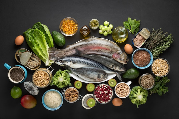 Insalata di verdure, sacco di carta, cornice rotonda, ingredienti per insalata, fondo in legno, cornice di confine