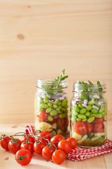 Insalata di verdure sana in barattolo di vetro