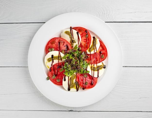 Insalata di verdure sul piatto bianco