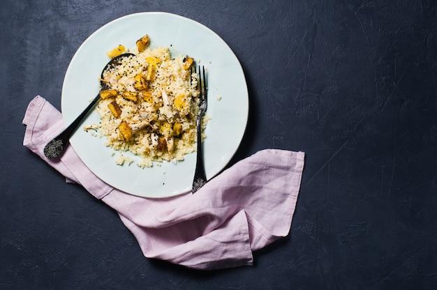 Insalata di zucca al forno, quinoa e pollo.