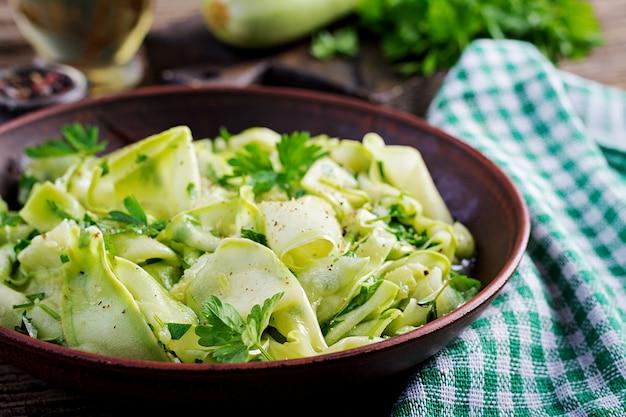 Insalata di zucchine marinate alle spezie. cibo vegano. pasto salutare.