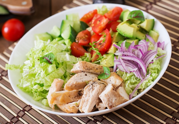 Insalata dietetica con pollo, avocado, cetriolo, pomodoro e cavolo cinese