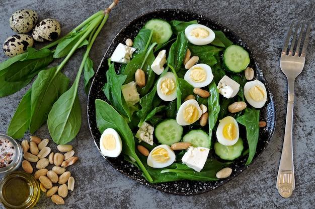 Insalata dietetica con spinaci, uova di quaglia e noci.
