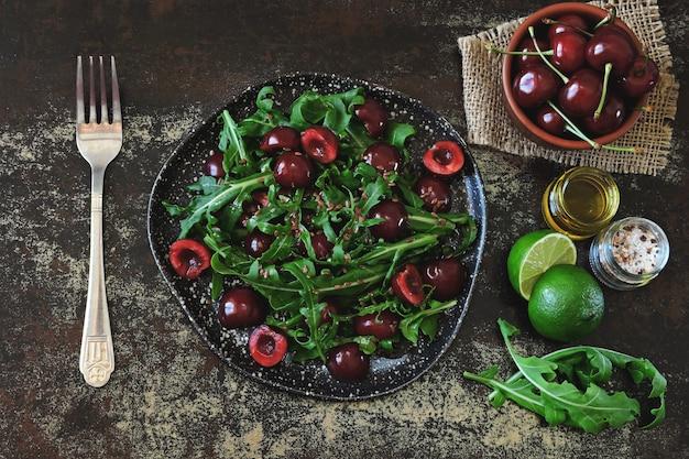Insalata dietetica sana con ciliegie e rucola. insalata di fitness dieta cruda