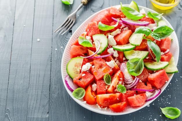 Insalata estiva con anguria e foglie di insalata