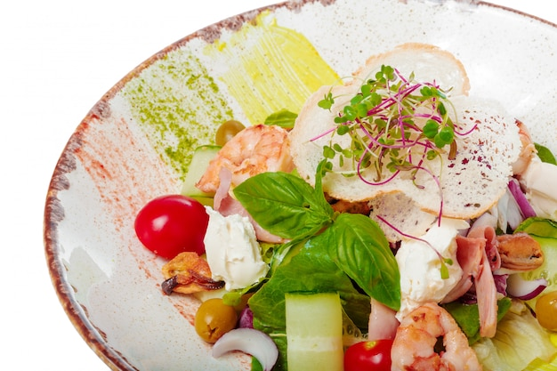 Insalata fresca con gamberi, pomodoro e verdure miste