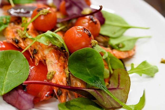 Insalata fresca con insalata di gamberi, pomodori e verdure miste