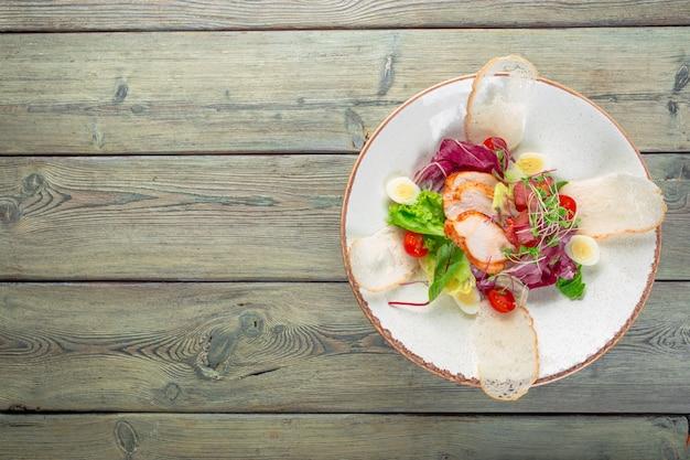Insalata fresca con petto di pollo, rucola e pomodoro. vista dall'alto