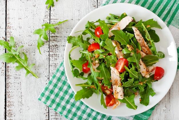 Insalata fresca con petto di pollo, rucola e pomodoro