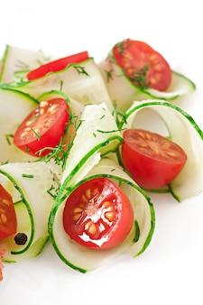 Insalata fresca con pomodori e cetrioli