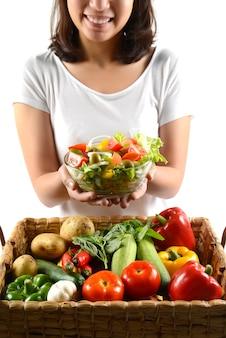Insalata fresca delle verdure grezze per sano su fondo bianco.