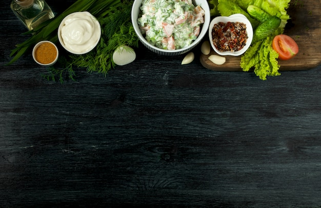 Insalata fresca in un piatto su una superficie scura.
