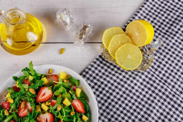 Insalata fresca succosa con rucola e fragole insalata sana