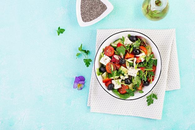 Insalata greca con cetrioli, pomodori, peperoni, lattuga, cipolla verde, formaggio feta