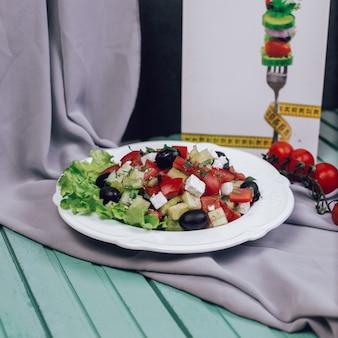 Insalata greca con pomodoro tritato, formaggio e olive.