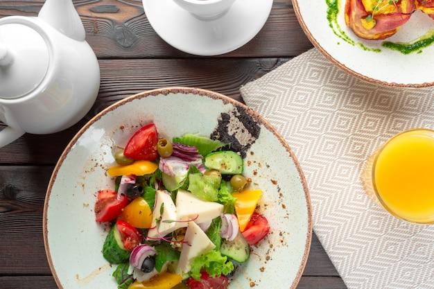 Insalata greca con verdure fresche