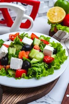 Insalata greca di vista frontale su lattuga con olive nere