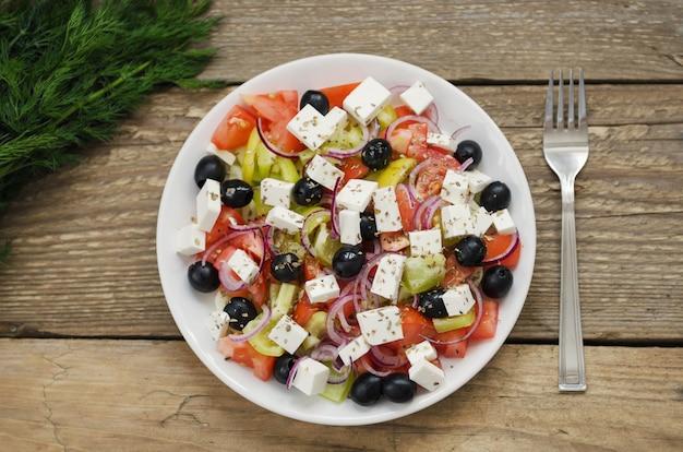 Insalata greca su un piatto
