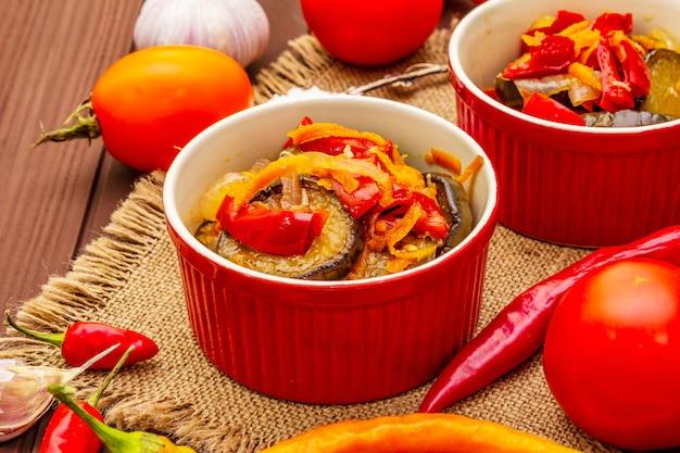 Insalata marinata con verdure in salamoia: melanzane, carota, pepe, pomodoro, aglio