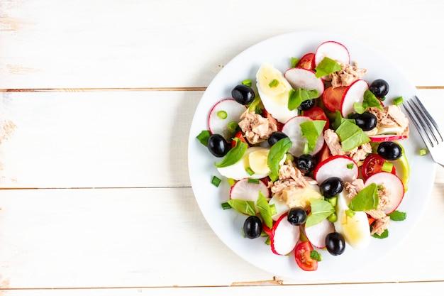 Insalata nizzarda con tonno, uova, pomodorini e olive nere. cucina francese. vista dall'alto