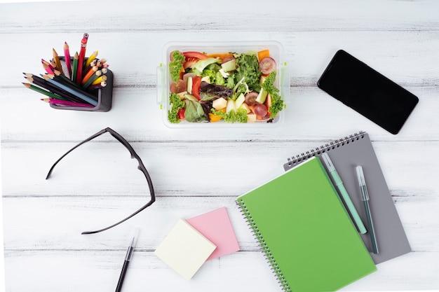 Insalata per il pranzo in ufficio piatto disteso