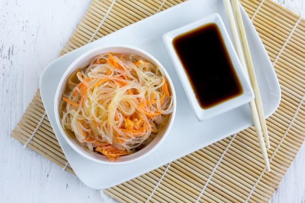 Insalata piccante asiatica di tagliatelle di vetro o funchoza con carote