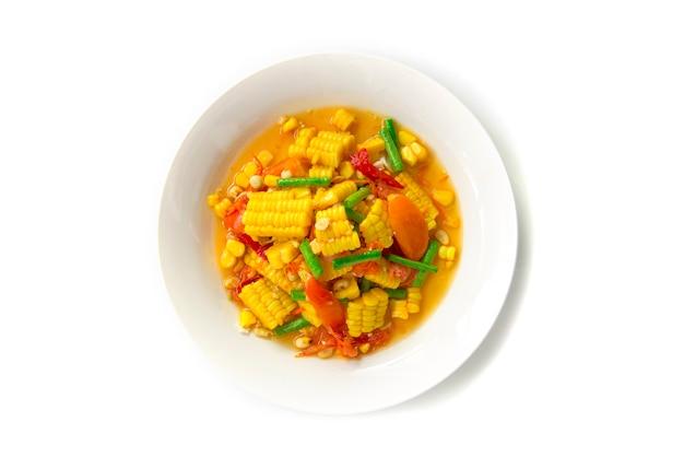 Insalata piccante del cereale (vista tailandese piccante piccante tailandese di tum di kao di tum) isolata su fondo bianco