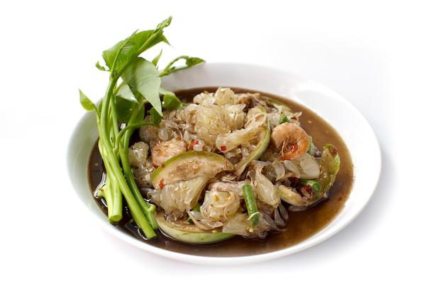 Insalata piccante del pomelo, alimento tailandese delizioso che serve come aperitivo o spuntino su fondo bianco