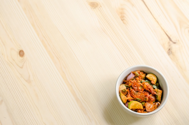 Insalata piccante delle cozze marinate sulla tavola di legno, alimento tailandese.