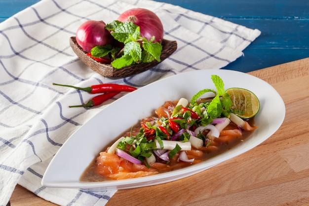 Insalata piccante di salmone fresco con verdure tailandesi