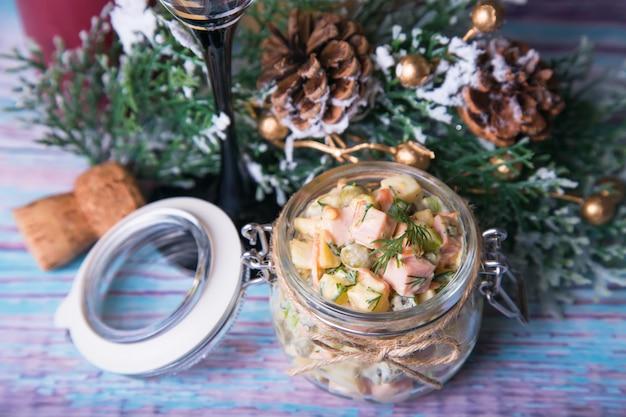 Insalata russa tradizionale di natale e del nuovo anno in un barattolo