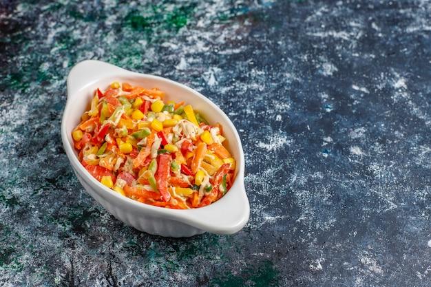Insalata sana deliziosa del peperone dolce con il pollo, vista superiore