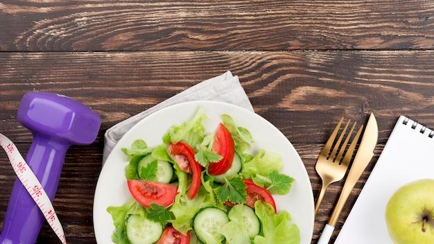 Insalata sana e nutriente piatta