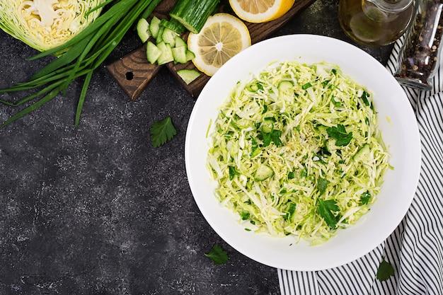 Insalata sana. insalata vegana di primavera con cavolo, cetriolo, prezzemolo e cipolla verde