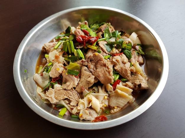 Insalata speziata di manzo tritato - beef hao dong o laab, famoso cibo tailandese sul piatto
