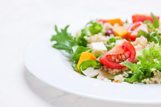 Insalata su un piatto bianco