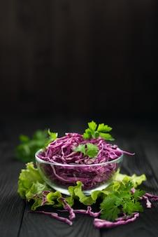 Insalata vegetariana di cavolo rosso, concetto di una dieta sana