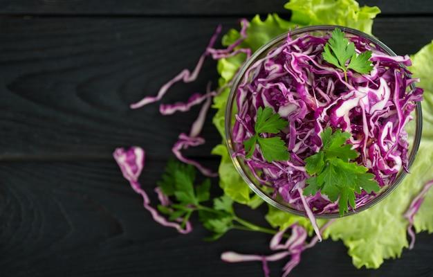 Insalata vegetariana di cavolo rosso