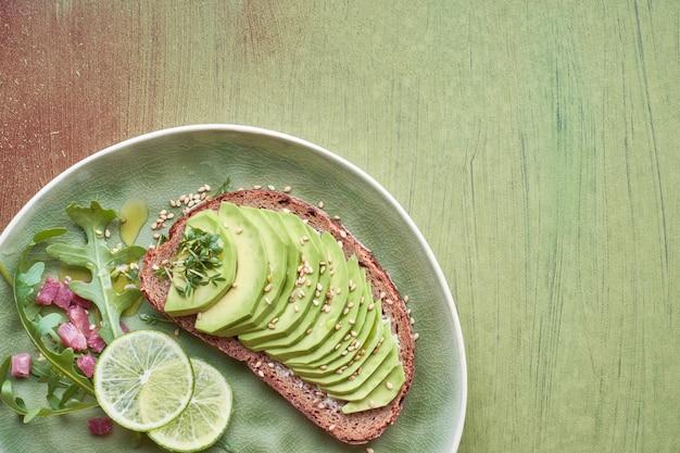 Insalata verde e sandwich con avocado