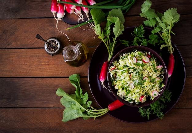 Insalata vitaminica di verdure giovani: cavolo, ravanello, cetriolo ed erbe fresche. vista dall'alto