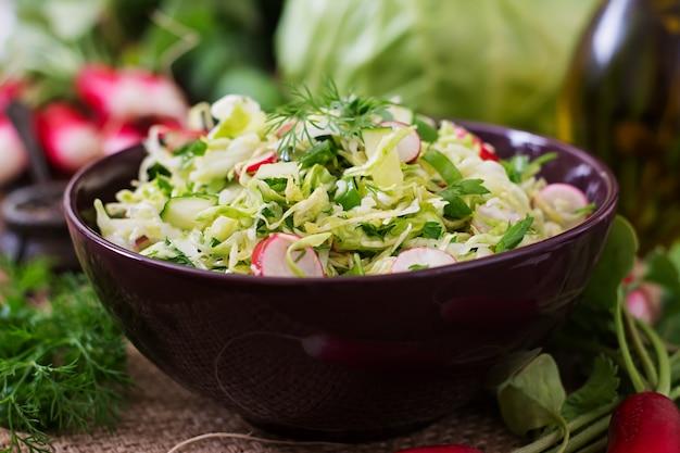 Insalata vitaminica di verdure giovani: cavolo, ravanello, cetriolo ed erbe fresche