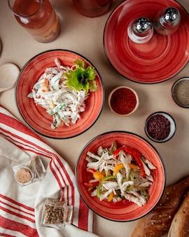 Insalate di pollo con la vista superiore della panna acida dei peperoni dolci