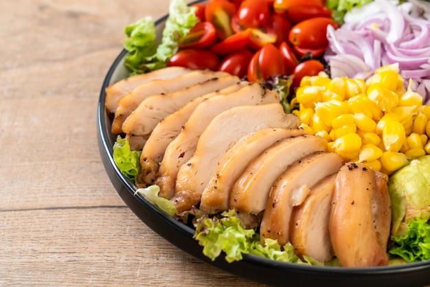 Insalatiera sana con petto di pollo