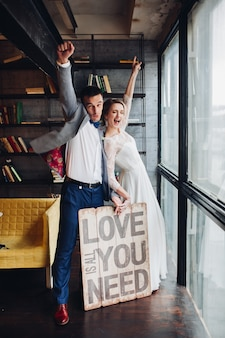 Insegna baciante della tenuta delle coppie amorose