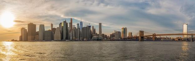 Insegna e panorama di paesaggio urbano di new york con il ponte di brooklyn