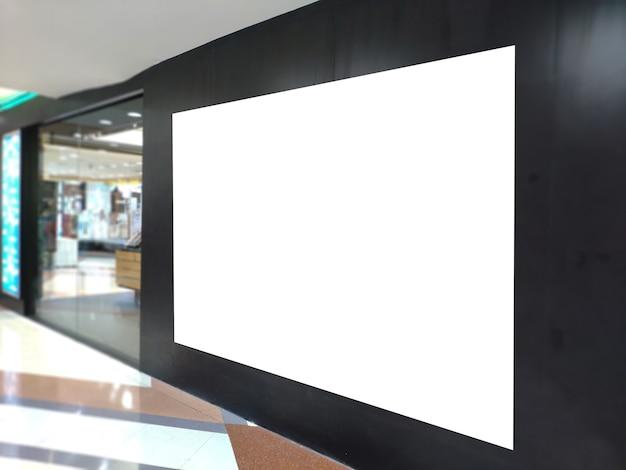 Insegna in bianco del manifesto all'esposizione del negozio. tabellone per le affissioni bianco per l'annuncio di promozione e le informazioni di pubblicità commerciale deridono.